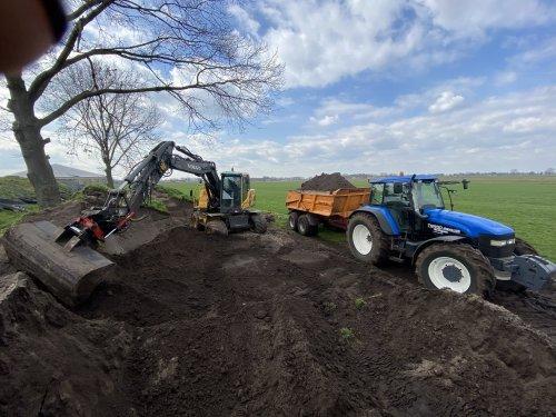 New Holland TM 150 met veenhuis dumper en volvo. Grond laden. Dicht bij dus volle vrachten 🤪. Geplaatst door hermanjohndeere op 08-04-2021 om 20:04:19, met 13 reacties.