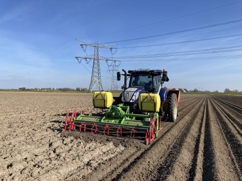Foto van een New Holland T 6.175 onze aardappelpoot combinatie.. Geplaatst door Daanfordje op 24-04-2021 om 16:32:14, met 6 reacties.