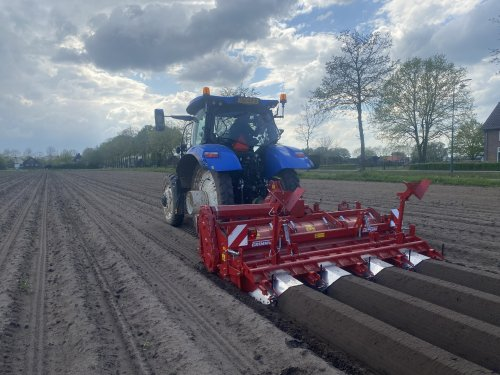 New Holland T 6.180 met nieuwe Grimme frees  Meer fotos op:. Geplaatst door johnnyboy op 24-05-2021 om 14:56:53, met 2 reacties.