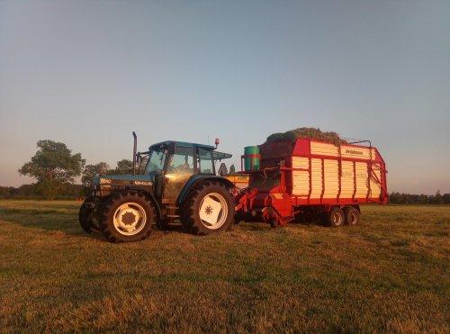 Foto van een New Holland 6640.  @valtraboerties vanavond ff voort geholpen met een paar vrachtjes. Geplaatst door newholland6640 op 03-06-2021 om 00:13:38, met 7 reacties.