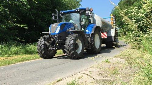 New Holland T7.190 aan het mestrijden met een veenhuis tank. https://www.youtube.com/watch?v=qeTNxBdhaRo