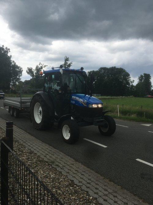 Foto van een New Holland TN 55 Mooie trekker om te zien mooi opgepimt👌🏻. Geplaatst door Boeder foto op 07-07-2021 om 16:59:47, op TractorFan.nl - de nummer 1 tractor foto website.
