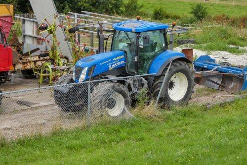 Foto van een New Holland T 7030. Loonbedrijf Gebr. Bastiaan 's-Heerenbroek.. Geplaatst door Lucas Ensing op 26-07-2021 om 11:35:54, op TractorFan.nl - de nummer 1 tractor foto website.
