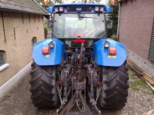 Foto van een New Holland TVT 155, bezig met poseren.van achter. Geplaatst door cees op 19-07-2008 om 21:13:08, op TractorFan.nl - de nummer 1 tractor foto website.