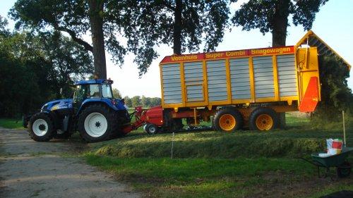 Foto van een New Holland TVT 170, bezig met gras inkuilen.. Geplaatst door ul op 18-09-2008 om 20:06:54, op TractorFan.nl - de nummer 1 tractor foto website.