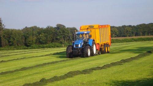 Foto van een New Holland TVT 170, bezig met gras inkuilen.. Geplaatst door ul op 18-09-2008 om 20:07:13, met 2 reacties.