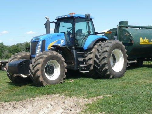 Foto van een New Holland TG 305 op een Dairy Farm in Canada.. Geplaatst door Aerdappelwim op 30-05-2010 om 19:56:15, met 6 reacties.