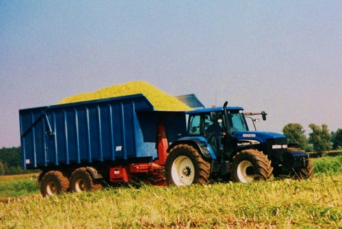 Foto van een New Holland TM Serie, bezig met maïs hakselen.  Verhoeven, Aarle-Rixtel, sept. 2003.. Geplaatst door Martin Holland op 03-06-2010 om 18:30:38, met 3 reacties.