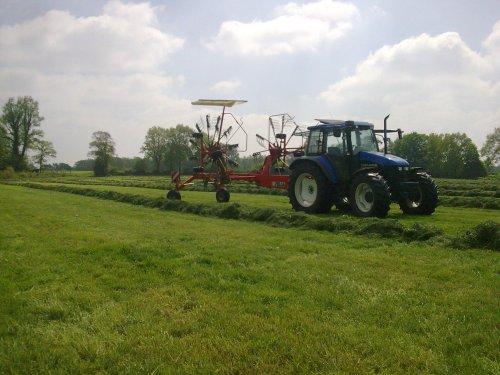 Foto van een New Holland TS 90, bezig met poseren.. Geplaatst door sebas-casepower op 16-07-2010 om 21:40:48, op TractorFan.nl - de nummer 1 tractor foto website.