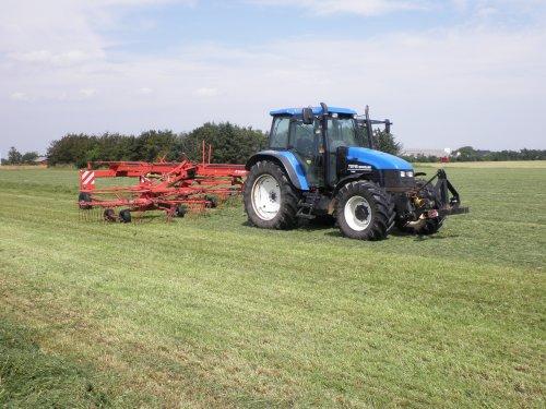Foto van een New Holland TS 115, bezig met poseren.. Geplaatst door sebas-casepower op 26-07-2010 om 15:40:44, op TractorFan.nl - de nummer 1 tractor foto website.