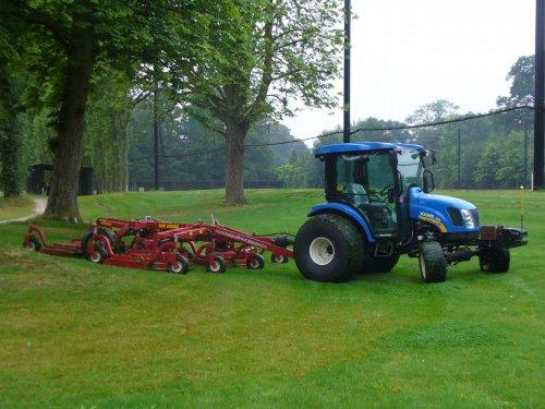 Foto van een New Holland Boomer 3045, bezig met gras maaien. Deze week de Boomer voor de maaier gehad