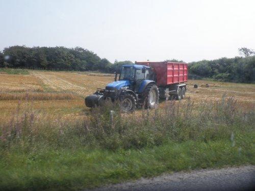 Foto van een New Holland TM 165, bezig met poseren. gespot tijdens stro transport. Geplaatst door sebas-casepower op 16-08-2010 om 19:57:34, met 2 reacties.