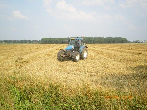 New Holland TS 115, bezig met balen persen. meiland azewijn. Geplaatst door meilandfan op 17-08-2010 om 19:24:26, met 2 reacties.