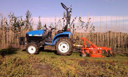 Foto van een New Holland TC21D, bezig met gras maaien.. Geplaatst door wouterk op 19-09-2010 om 12:22:28, met 5 reacties.