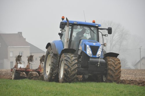New Holland T 7050 van nht8040