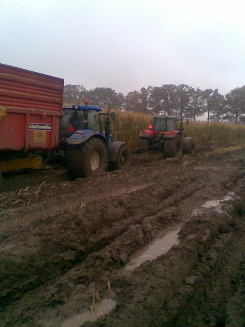 Foto van een New Holland T 6070, bezig met vastzitten. Geplaatst door hansie op 15-12-2010 om 16:20:04, met 5 reacties.