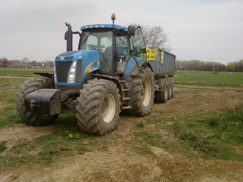 Foto van een New Holland T 8020, bezig met dumperen.. Geplaatst door alhmann-johndeere op 14-04-2011 om 19:17:43, met 2 reacties.