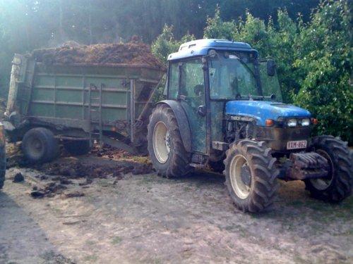 Foto van een New Holland TN 90 F. Geplaatst door truieneer op 20-05-2011 om 16:38:13, met 6 reacties.