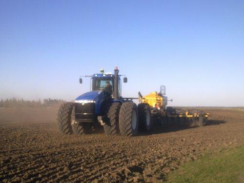 Foto van een New Holland TJ 380, bezig met zaaien.  Slomp uit Barhead (Alberte, Canada). Geplaatst door Wilting NH op 25-05-2011 om 04:17:22, op TractorFan.nl - de nummer 1 tractor foto website.