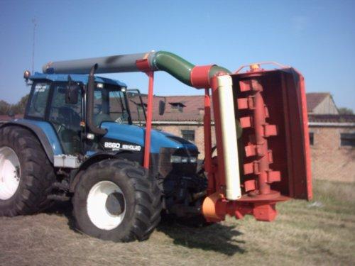 Foto van een New Holland 8560, bezig met gras maaien.. Geplaatst door alhyco diver op 04-08-2011 om 11:41:36, met 2 reacties.