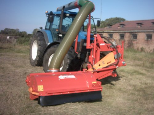 Foto van een New Holland 8560, bezig met gras maaien.. Geplaatst door alhyco diver op 04-08-2011 om 11:42:21, op TractorFan.nl - de nummer 1 tractor foto website.