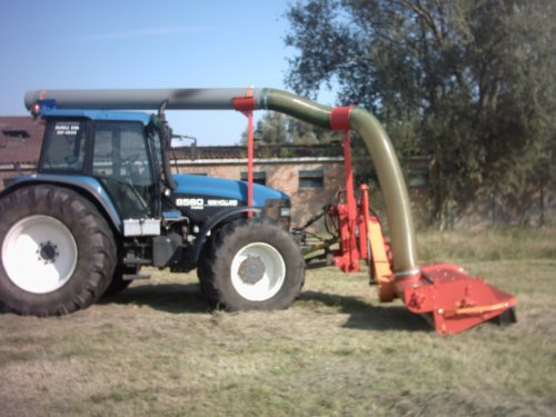 Foto van een New Holland 8560, bezig met gras maaien.. Geplaatst door alhyco diver op 04-08-2011 om 11:42:51, op TractorFan.nl - de nummer 1 tractor foto website.