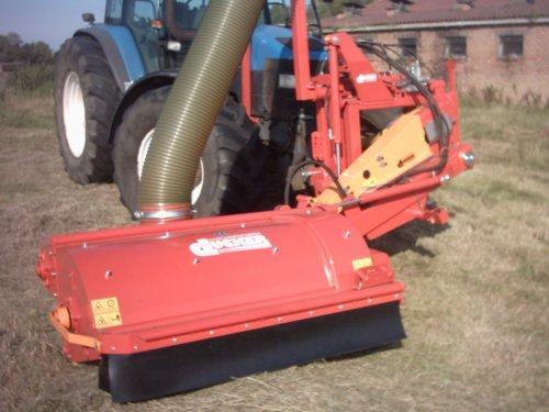 Foto van een New Holland 8560, bezig met gras maaien.. Geplaatst door alhyco diver op 04-08-2011 om 11:43:22, op TractorFan.nl - de nummer 1 tractor foto website.