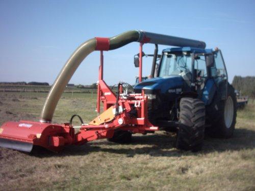 Foto van een New Holland 8560, bezig met gras maaien.. Geplaatst door alhyco diver op 04-08-2011 om 11:43:50, met 2 reacties.