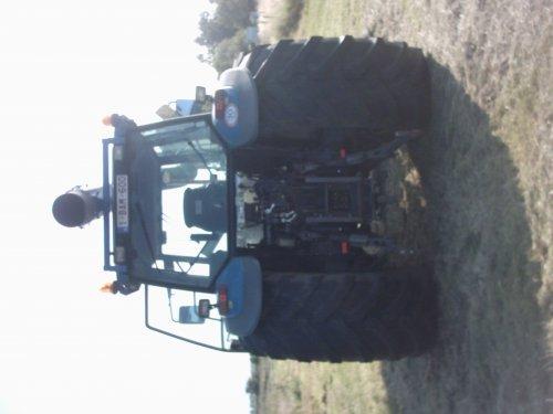 Foto van een New Holland 8560, bezig met gras maaien.. Geplaatst door alhyco diver op 04-08-2011 om 11:44:10, op TractorFan.nl - de nummer 1 tractor foto website.