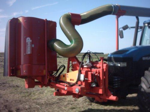 Foto van een New Holland 8560, bezig met gras maaien.. Geplaatst door alhyco diver op 04-08-2011 om 11:44:38, met 2 reacties.