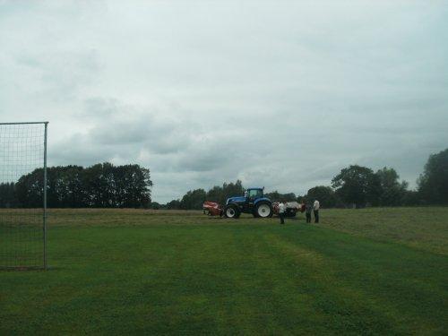 Foto van een New Holland T 7060, bezig met gras maaien.. Geplaatst door artfendt op 05-08-2011 om 13:48:44, op TractorFan.nl - de nummer 1 tractor foto website.