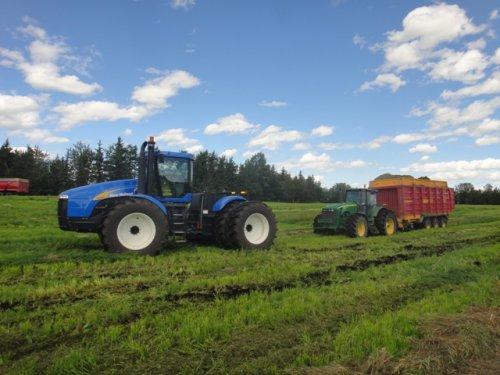 Foto van een New Holland TJ 380,   klein rukje en was weer los :P. Geplaatst door Wilting NH op 07-08-2011 om 09:31:29, met 7 reacties.