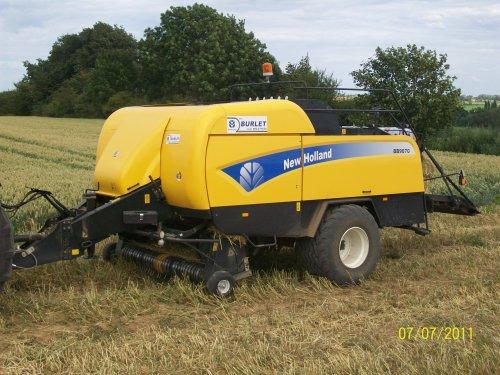 Foto van een New Holland BB9070, bezig met poseren.. Geplaatst door nico7530 op 23-08-2011 om 11:32:16, met 4 reacties.