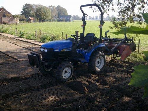 Foto van een New Holland TC21D.  Stukje groenbemester onderfrezen, word gras op gezaaid. Werkt mooi zo met de aandrukrol!