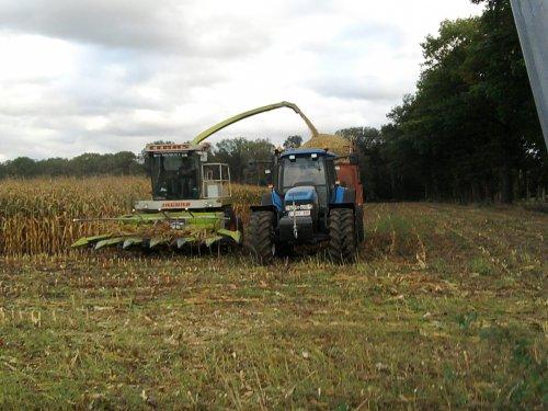 Foto van een New Holland TM 155, bezig met maïs hakselen. deze boer hakselt zelf al zijn mais. Geplaatst door fendt janssens op 05-10-2011 om 18:53:57, met 2 reacties.