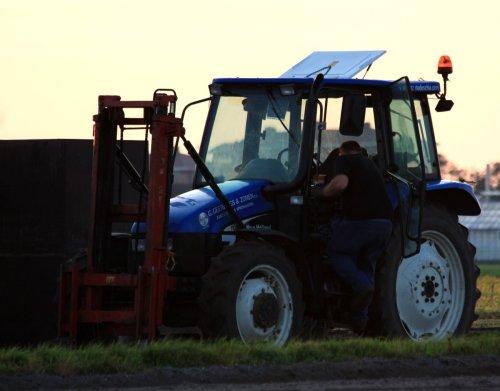 Foto van een New Holland TL 90, bezig met poseren in het o zo mooie noordwijkerhout. Geplaatst door sprokkel hout op 31-10-2011 om 20:59:36, met 7 reacties.