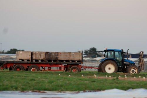 Foto van een New Holland ts 90 , bezig met poseren in noordwijkerhout. Geplaatst door sprokkel hout op 31-10-2011 om 21:03:38, met 3 reacties.