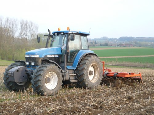 Foto van een New Holland 8970 A, bezig met ploegen / eggen. Geplaatst door jaan op 04-11-2011 om 19:17:39, op TractorFan.nl - de nummer 1 tractor foto website.