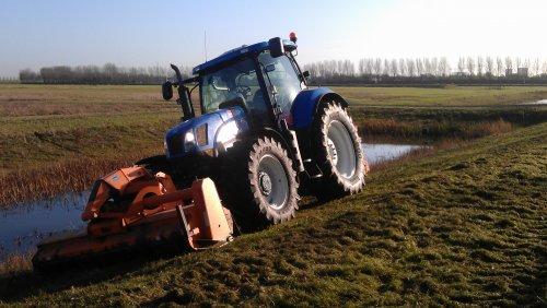 Foto van een New Holland T 6080.. Geplaatst door roelie91 op 02-01-2012 om 13:26:41, op TractorFan.nl - de nummer 1 tractor foto website.