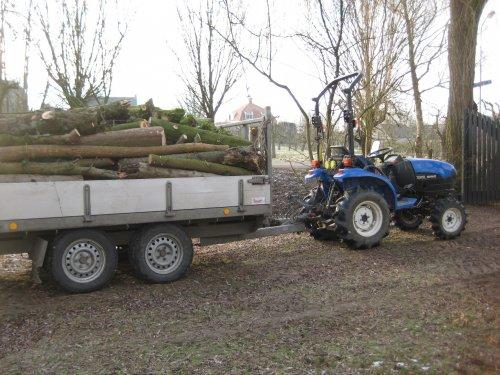 Foto van een New Holland TC21D, bezig met het ophalen van het dikke hout uit een tuin. Geplaatst door fiatjuh op 04-02-2012 om 19:06:30, met 3 reacties.