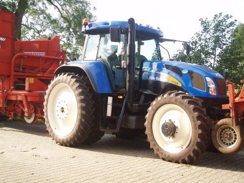 Foto van een New Holland T 7520, bezig met poseren.. Geplaatst door challengerpower op 26-02-2012 om 20:37:58, met 4 reacties.