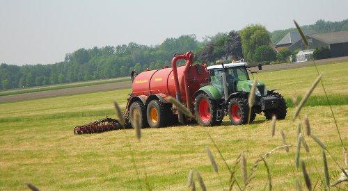 Snelle Foto van een Wannabe Fendt :D New Holland T 7030, Loonbedrijf Muijs V/h Verbeek bezig met bemesten. Toppertje ? :D