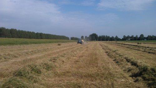 Foto van een New Holland T 7050, bezig met balen persen.. Geplaatst door roelie91 op 28-06-2012 om 20:12:04, op TractorFan.nl - de nummer 1 tractor foto website.