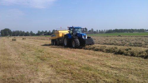 Foto van een New Holland T 7050, bezig met balen persen.. Geplaatst door roelie91 op 28-06-2012 om 20:12:09, op TractorFan.nl - de nummer 1 tractor foto website.