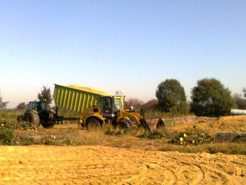 Foto van een New Holland W 170, bezig met maïs inkuilen.. Geplaatst door wouter_ op 02-07-2012 om 00:05:48, op TractorFan.nl - de nummer 1 tractor foto website.
