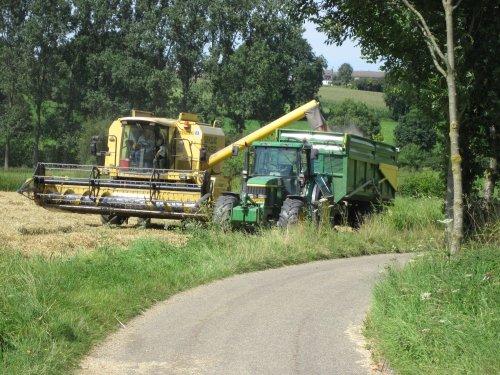 Foto van een New Holland TX 62, bezig met maaidorsen.. Geplaatst door Johndeere powerr op 13-08-2012 om 21:11:23, op TractorFan.nl - de nummer 1 tractor foto website.