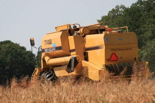 New Holland TX 62 aan het graan dorsen door Kooiker van Dieren voor Oversch. Nu meer op http://www.jtnfotografie.nl