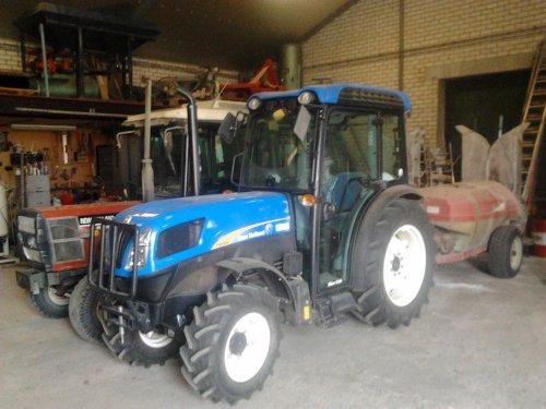 Foto van een New Holland T 4030V.. Geplaatst door Arjean op 16-08-2012 om 19:52:41, op TractorFan.nl - de nummer 1 tractor foto website.
