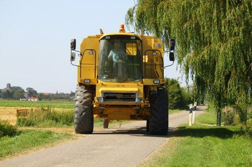 Foto van een New Holland TX 62, bezig met poseren.. Geplaatst door alfredo op 19-08-2012 om 12:33:20, op TractorFan.nl - de nummer 1 tractor foto website.