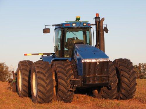 Foto van een New Holland TJ 380, bezig met ploegen / eggen.  paar daagjes aan het ploegen geweest met deze helse machiene :D  wat een geluid :)
